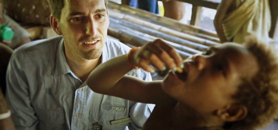 Un nen pren el tractament contra el pian